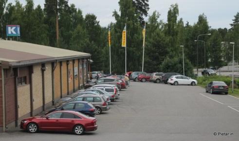 Kaupan piha täynnä autoja.