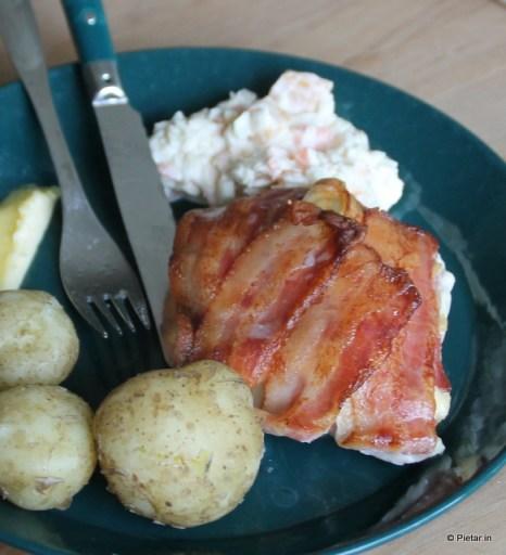 Pekoni-broilerikääröjä, perunaa ja salaattia.