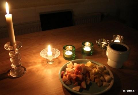 Nätisti katettu pöytä kynttilän valossa.