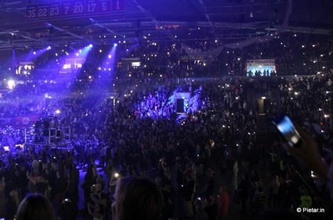 Kännyköiden valot loistavat.