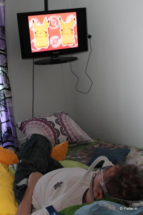 Pietari pötköttää sängyllä ja katsoo laatuohjelmaa!