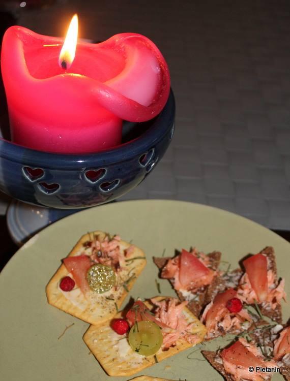 Savulohta suolakeksien ja ruissipsien päällä. Lisänä kaikenlaista höystettä :)