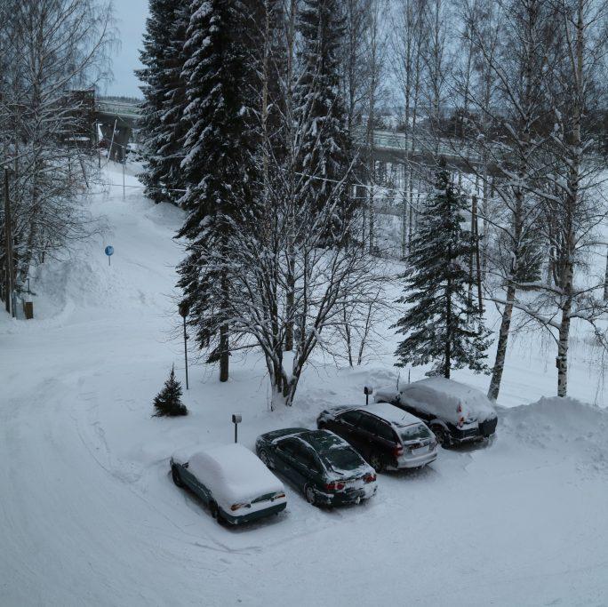 Autot parkkipaikalla.