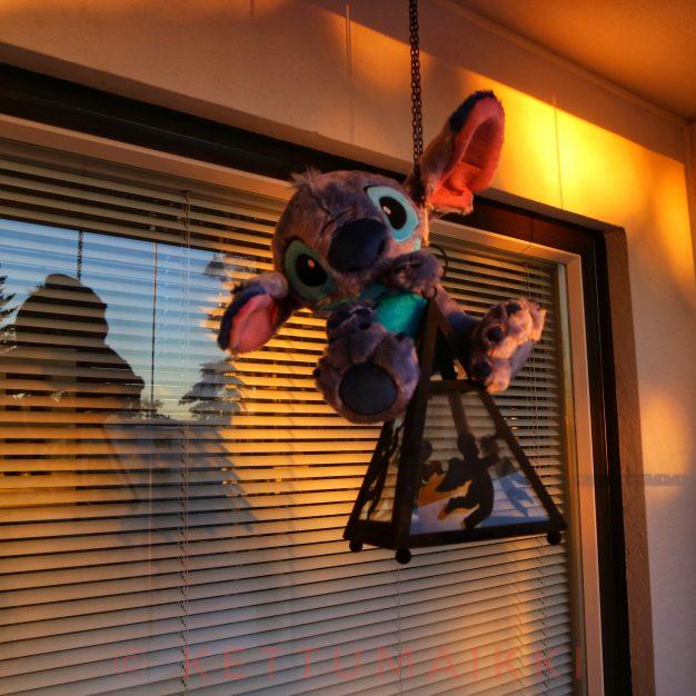 Stitch roikkuu lyhdyssä.
