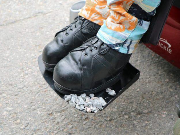 Kiviä pyörätuolin jalkalaudalla.