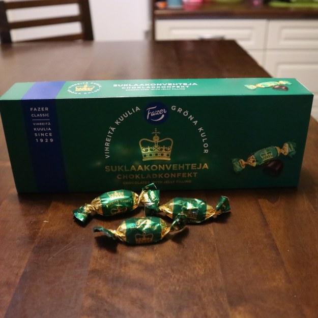 Vihreitä kuulia suklaakonvehteja kuvassa.