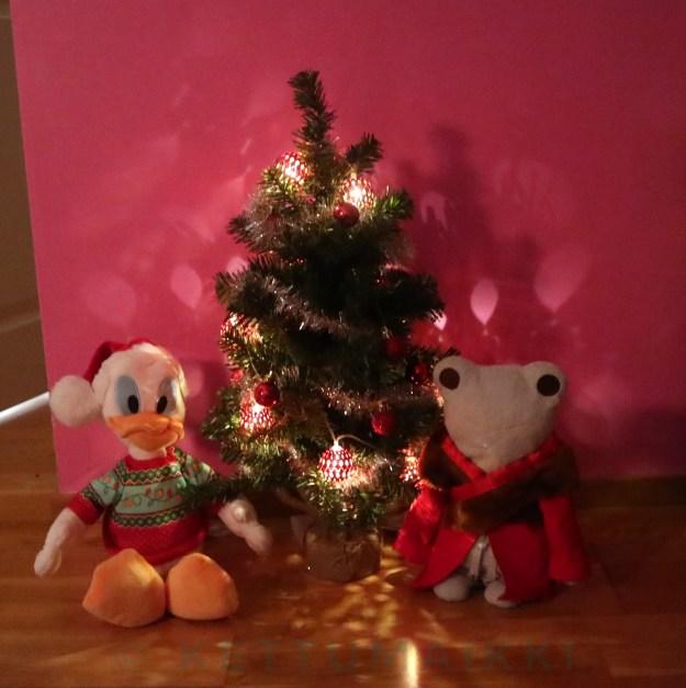 Jouluun valmistautuvat Aku,Topi ja joulukuusi