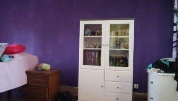 Violetti seinä pohjamaalattuna.