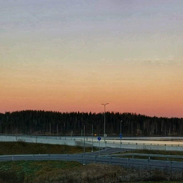Ja upea auringonlasku järven suuntaan..
