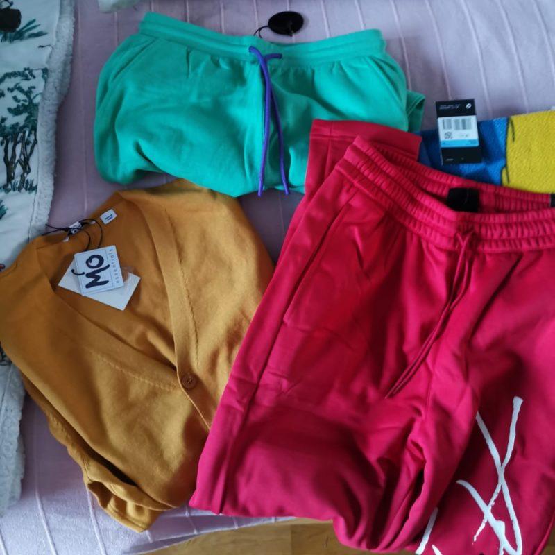 Uusia värikkäitä vaatteita.