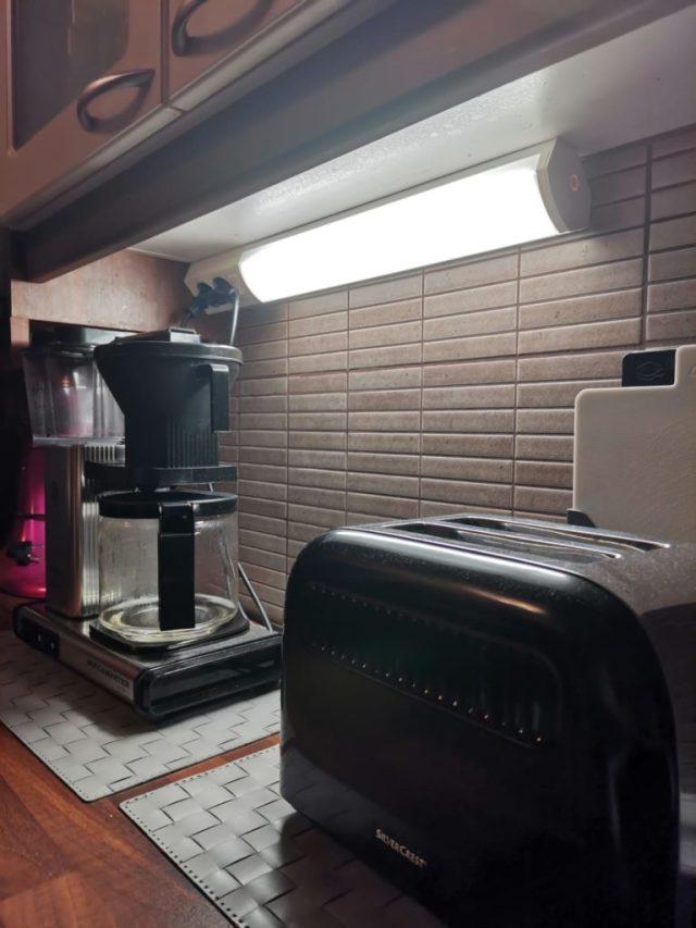 Keittiönkaappien alla on nyt kirkkaat työvalot.