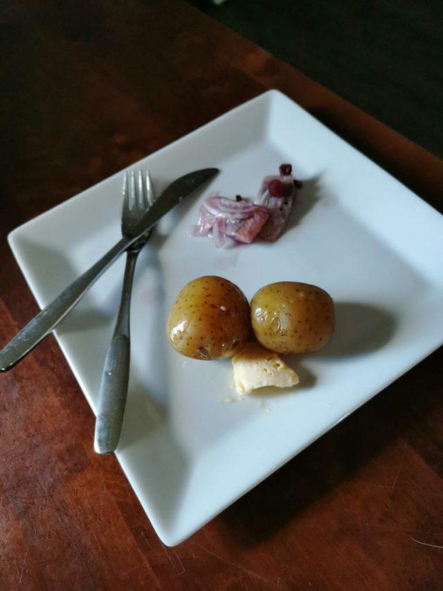Silliä ja uusia perunoita lautasella.