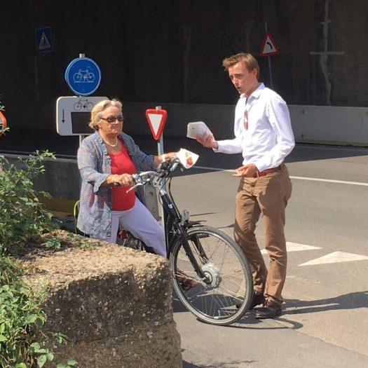 Jong CD&V Merksem legde hun alternatieve plannen voor de fietsbrug voor aan passanten