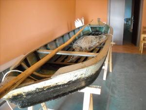 barca in legno a fondo piatto, materiale etnografico