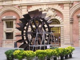 ruota idraulica esposta a palazzo d'accursio.