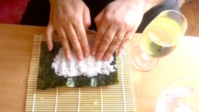 Uvařenou rýži klademe navlhčenými prsty na řasu