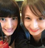 妹の大濠ハンナが赤いジュースを持って姉の藤崎ミシェルと二人で自撮りしている画像