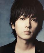 flumpoolボーカルの山村隆太が黒いスーツを着てこっちを見ている画像