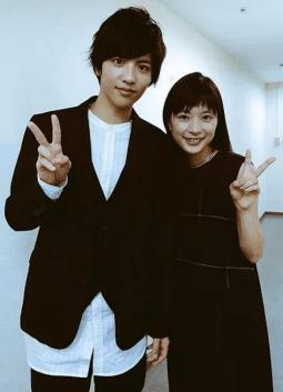 志尊淳と芳根京子が仲良く寄り添ってくっつきながら一緒にピースして写真を撮っている画像