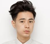 成田凌が白いシャツを着てこっちを向いている画像