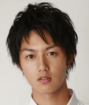 若手イケメン俳優の工藤阿須加(元プロ野球選手の工藤公康の息子)が白いシャツを着てこっちを見ている画像