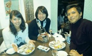 阿部桃子・阿部祐二・阿部まさ子が一緒にごはんを食べている写真の画像