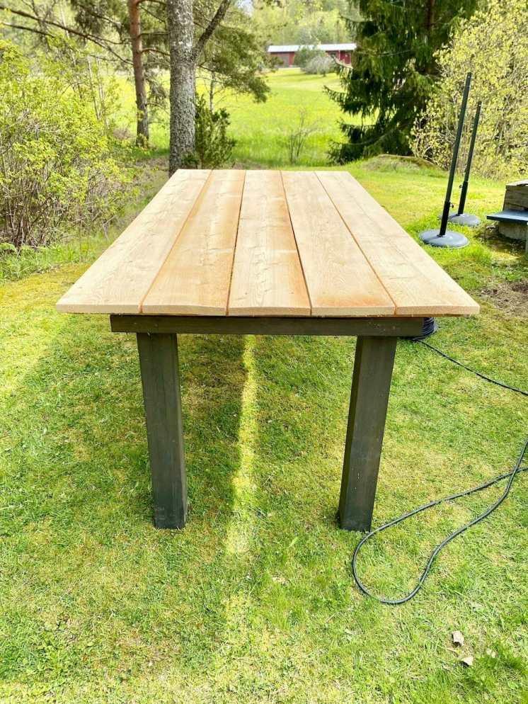 Jämäpuista tein uuden pihapöydän, jolla on kokoa. Jos vaikka joskus voisi vielä kokoontua?