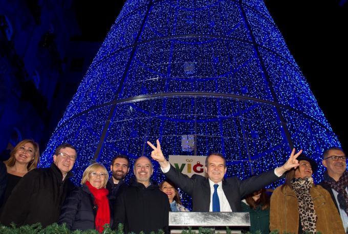 Abel Caballero y su equipo bajo el árbol de Navidad de Vigo.
