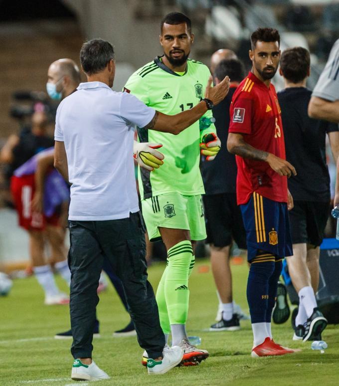 Luis Enrique saluda a Robert Sánchez antes de su debut (Foto: SeFutbol)