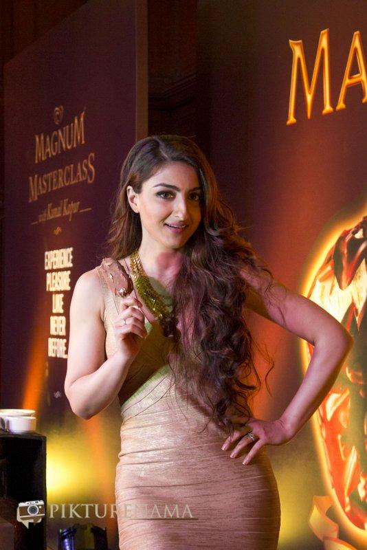 Magnum Ice Cream Launch at Kolkata Soha Ali Khan Pataudi with ice cream