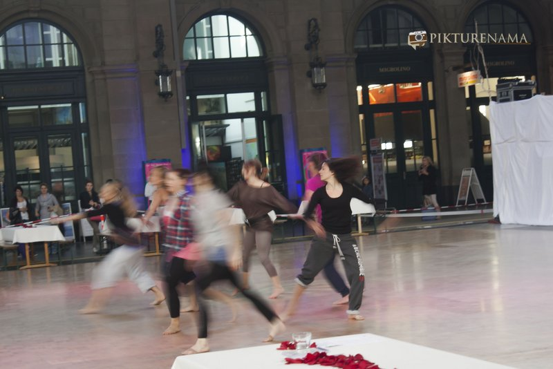 Beautiful girls practising at  Hauptbahnhof