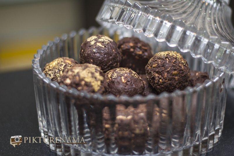 Chocolate Nuttie Balls at Creme caramel Kolkata reviewed by pikturenama