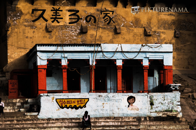 Graffiti on Varanasi Ghats with chinese inscriptions on walls