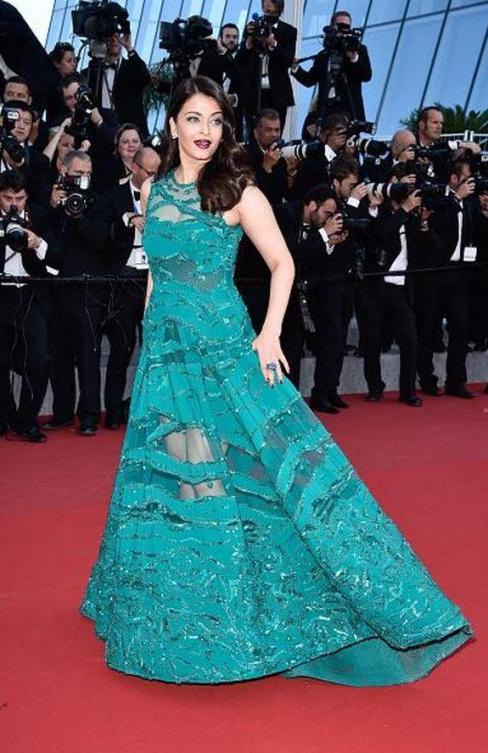 Aishwarya-Rai-Bachchan-on-Red-Carpet-Cannes-2015