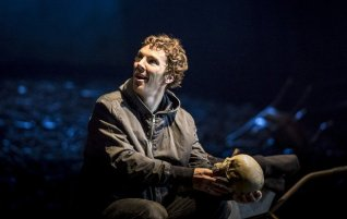 16-benedict-cumberbatch-hamlet-in-hamlet-at-the-barbican-theatre-photo-credit-johan-persson