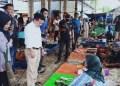 Cagub Al Haris saat berinteraksi denga pedagang di pasar tradisional Sungai Rengas.