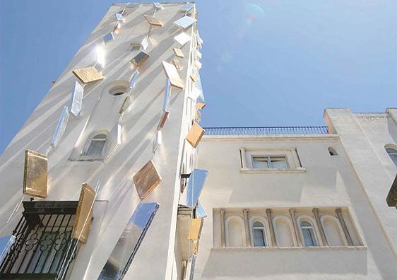 Traje de espejos para el edificio de la Fundación Rodriguez Acosta de Javier Castellano Cuac