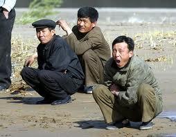 chinos en cuclillas