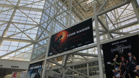 "La banniére de ""Shadow of the Tomb Raider"" affichée dans le hall du salon."