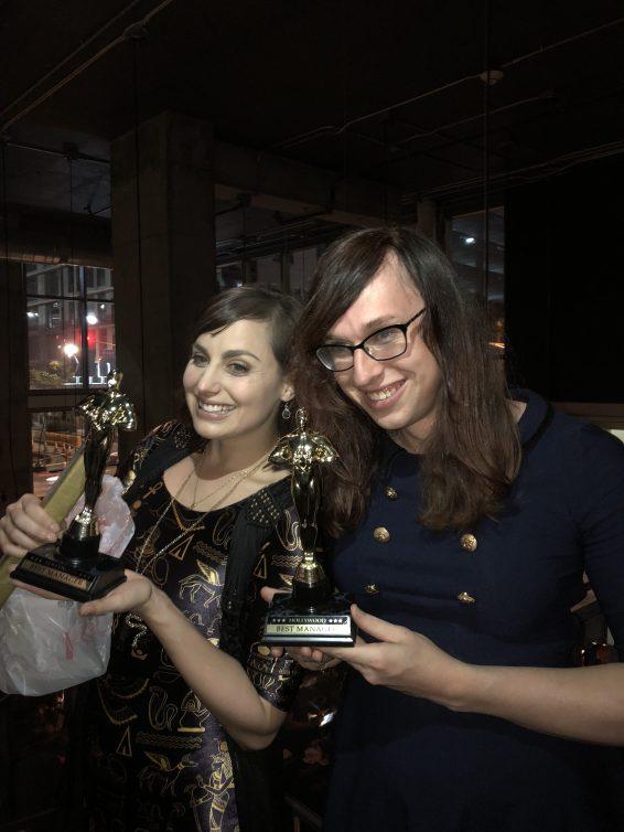 Meagan Marie (à gauche) et Morrigan Johnen (à droite) avec leurs cadeaux !