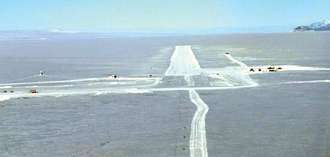Ледяной аэропорт в Антарктиде фото