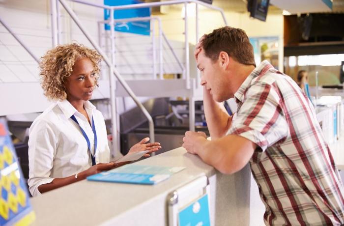 Мужчина спрашивает на счет авиабилета