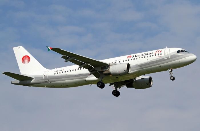 Самолет Meridiana Fly в небе