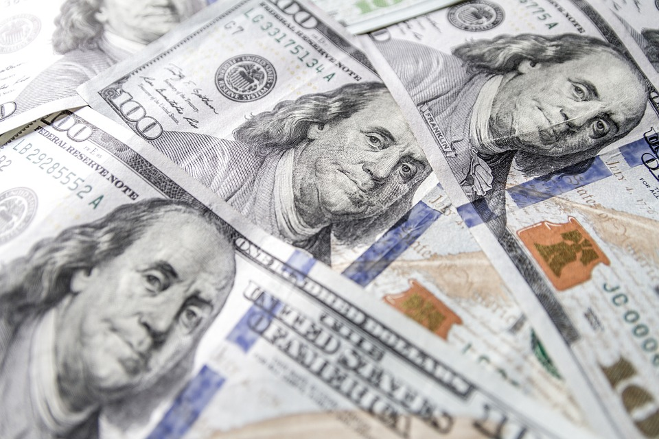 Dólar retrocede 21 centavos, se vende hasta en $18.99 en bancos