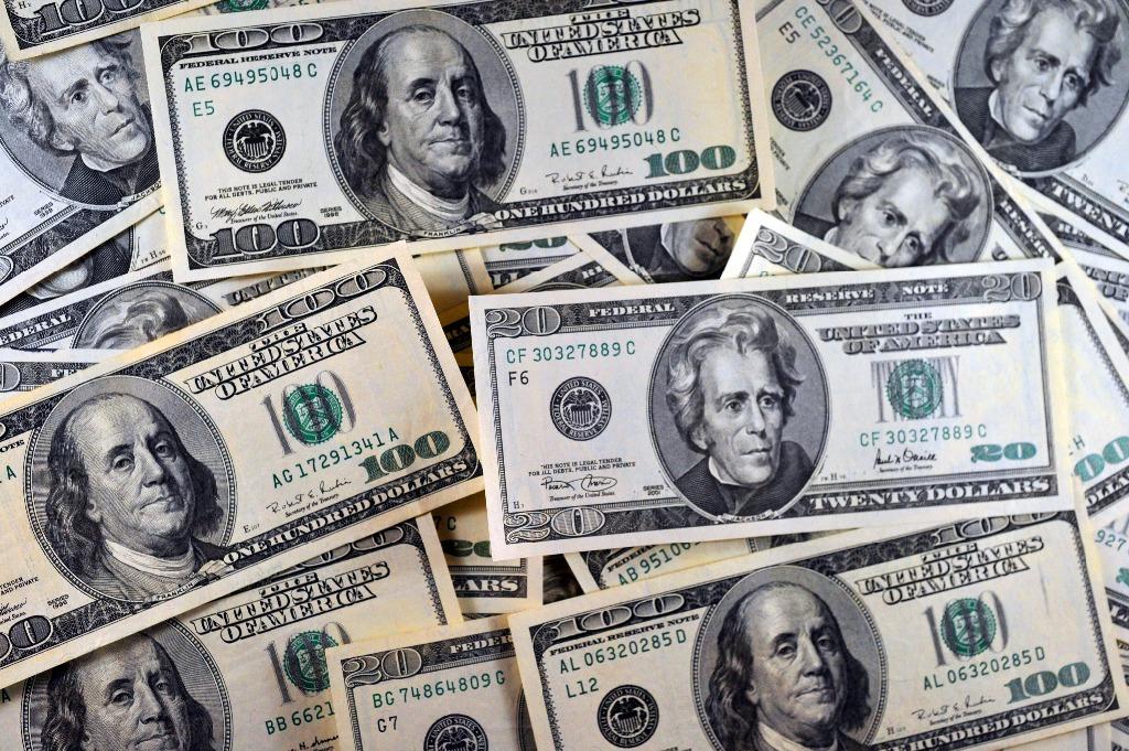 Hasta en 19.32 pesos se ofrece el dólar en bancos de la capital