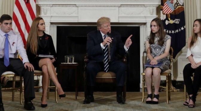 Trump analiza armar a profesores tras masacre en secundaria de Florida