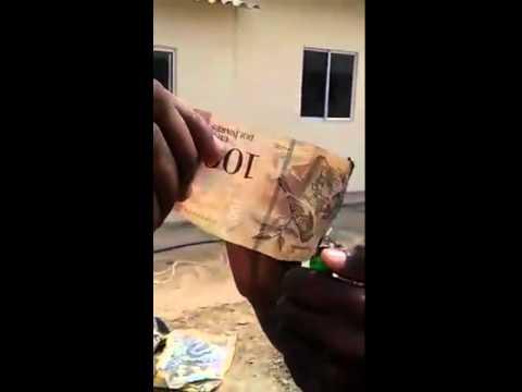 VIDEO: Elaboran bolsos con billetes venezolanos en Colombia