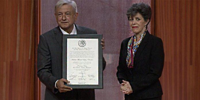 Recibe López Obrador constancia de mayoría, ya es presidente electo