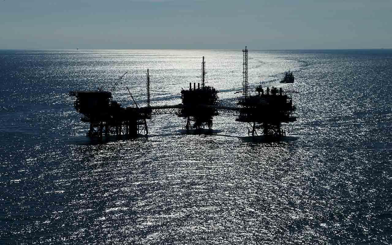 Petróleo mexicano baja 0.21 dólares, se cotiza en 54.39 el barril
