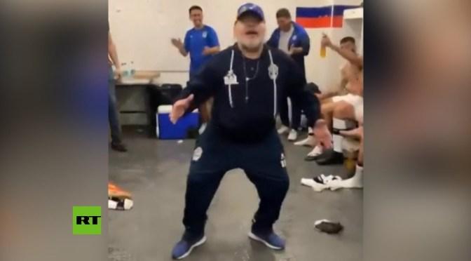 Maradona bailó para celebrar su primera victoria como entrenador de Gimnasia